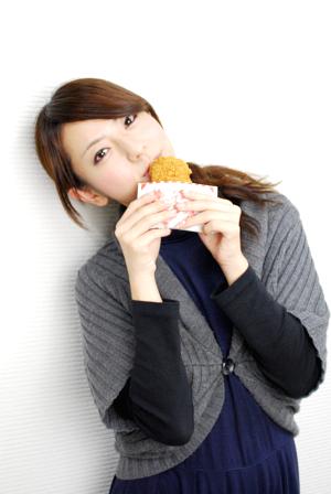 働く女性がコンビニで選ぶ美味しいフライドチキンのランキングのサムネイル画像